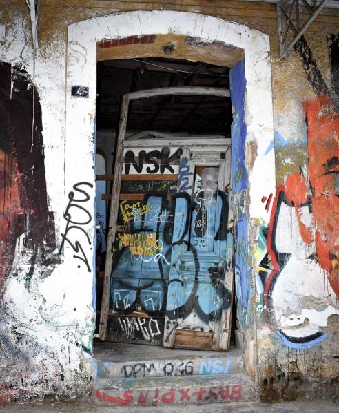 Unhinged Door Plaka-